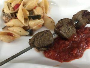 Lammspieße mit würziger Tomatensauce und Orecchiette-Salat